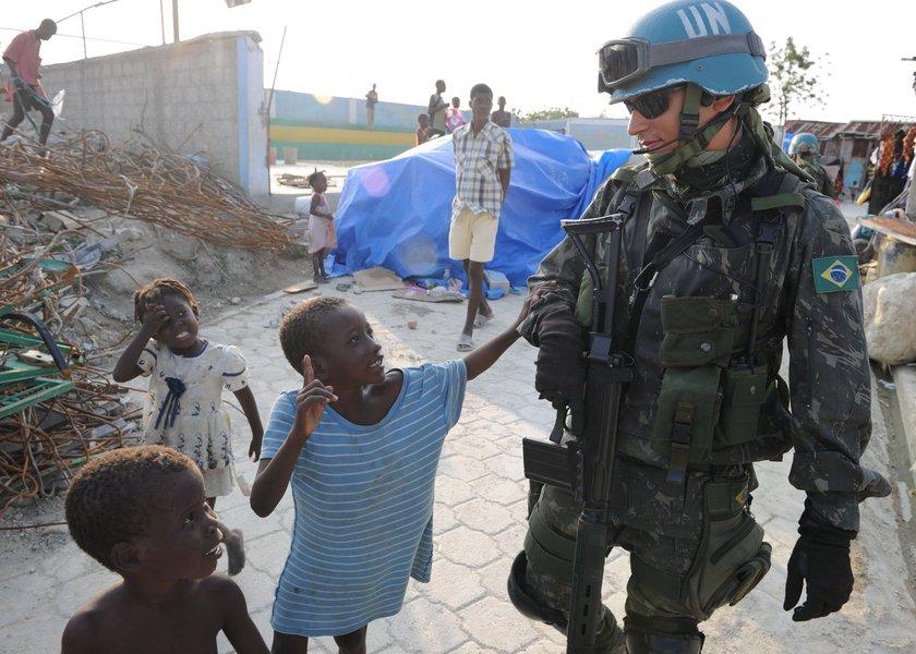 Tropas brasileiras fizeram intervenção no Haiti por 13 anos. A política externa que parece ser de solidariedade, no entanto, não tem apoio uníssono dos haitianos, e reflete uma postura histórica de invasão estrangeira direcionada ao país com a única revolução de escravizados bem sucedida no mundo