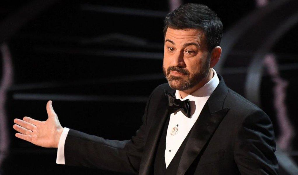 Estreando como apresentador do Oscar, o comediante Jimmy Kimmel fez do presidente dos Estados Unidos, Donald Trump, o alvo de suas piadas durante a premiação da Academia de Artes e Ciências Cinematográficas na noite deste domingo, debochando do tumulto político em curso no país e no mundo desde que o ex-apresentador de reality show tomou posse