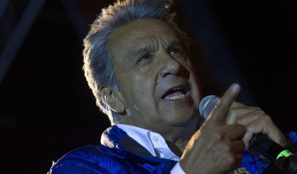 Dados oficiais divulgados na madrugada desta segunda-feira, 20, indicam que o candidato governista à presidência do Equador, o esquerdista Lenin Moreno, será o mais votado nas eleições desse domingo (19); mas ele provavelmente terá que disputar um segundo turno, no dia 2 de abril, com o segundo colocado, o conservador Guillermo Lasso; segundo o Conselho Nacional Eleitoral (CNE), com 81,4% dos votos apurados, Moreno estava na frente, com 38,9% dos votos, seguido por Lasso, com 28,5%