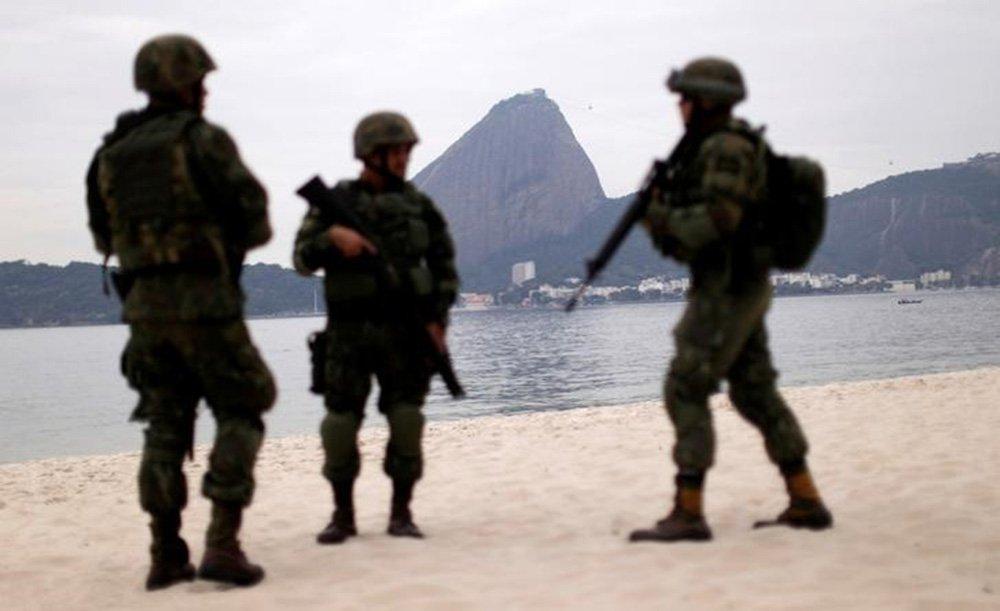 Militares durante patrulha no Rio de Janeiro. 19/07/2016. REUTERS/Ueslei Marcelino