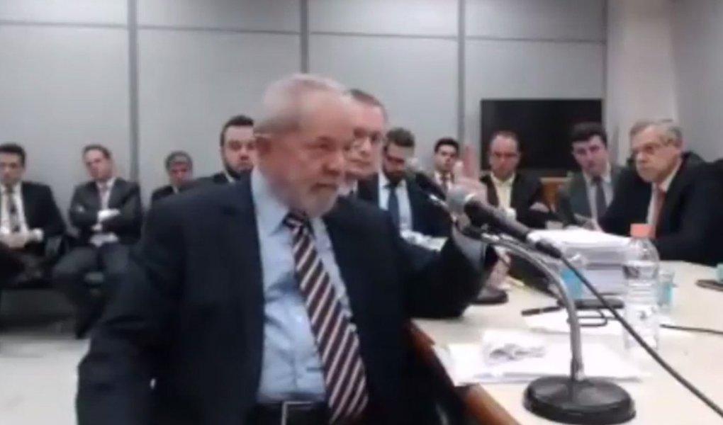 """Em depoimento ao juiz Sérgio Moro nesta quarta-feira, 13, o ex-presidente Lula voltou a dizer que é inocente das acusações e criticou a perseguição do Ministério Público Federal contra ele; """"Eu poderia ficar zangado, nervoso, mas eu quero enfrentar o Ministério Público, sobretudo a força-tarefa, para provar minha inocência. Eu só espero que eles tenham grandeza de um dia pedir desculpa"""", disse Lula; ao final do depoimento, Lula questionou a imparcialidade do juiz Sérgio Moro. """"Posso olhar nos olhos dos meus netos e dizer que prestei depoimento a um juiz imparcial?"""", perguntou o ex-presidente; desconsertado, Moro afirmou que """"sim""""; """"Não foi isso que aconteceu na outra ação"""", retrucou Lula referindo-se à condenação a 9 anos e meio no caso do triplex; assista"""