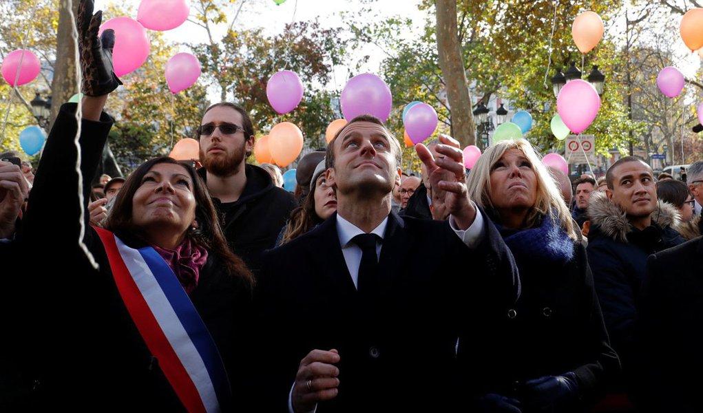 França, ainda em estado de alerta contra ataques de militantes islâmicos, prestou homenagem nesta segunda-feira às 130 pessoas que morreram quando atiradores e homens-bomba atacaram Paris dois anos atrás; Flores foram depositadas e os nomes das vítimas foram lidos em voz alta durante as cerimônias de homenagem silenciosas realizadas na presença do presidente francês, Emmanuel Macron, nos seis locais que foram alvos de ataques reivindicados pelo Estado Islâmico em 13 de novembro de 2015