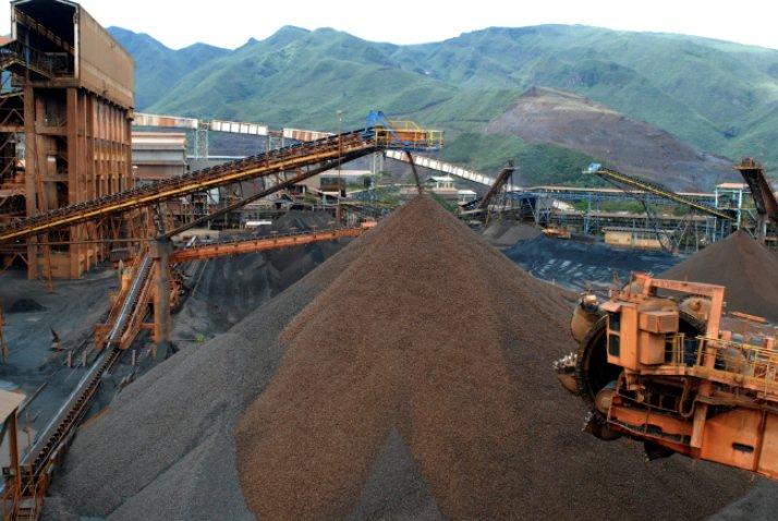 Embora Minas Gerais, maior exportadora de minérios do país junto com o Pará, tenha créditos a receber, em comparação ao que tem a pagar (algo em torno de R$ 135 bilhões) ao governo federal, tem sido tratada como colônia