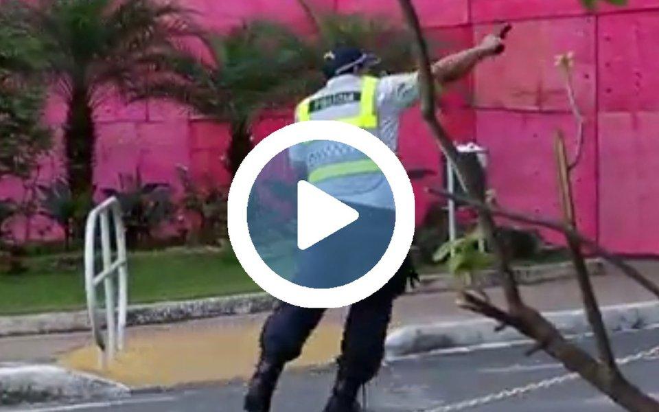 Imagens divulgadas pelo site do jornal O Globo são reveladoras: mostram policiais militares do Distrito Federal sacando armas de fogo e atirando contra manifestantes durante o protesto desta quarta-feira na Esplanada dos Ministérios, que deixou mais de 50 feridos e uma pessoa baleada com arma de fogo; o registro foi do fotógrafo André Coelho; assista