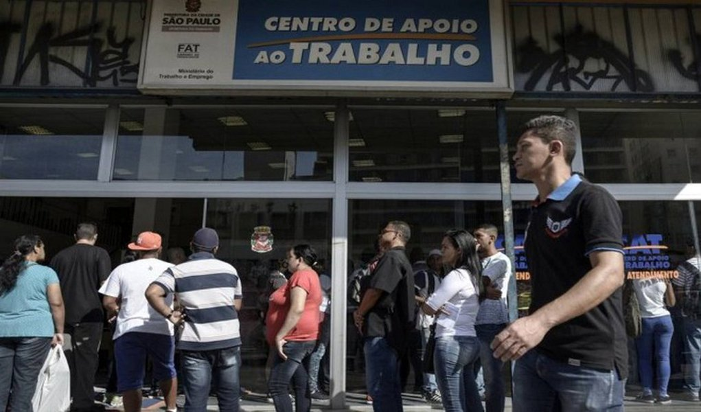 Taxa de desemprego na região metropolitana de São Paulo subiu para 17,1% em janeiro, ante 14% em igual mês de 2016, segundo a pesquisa mensal da Fundação Seade e do Dieese; número de desempregados foi estimado em 1,883 milhão, acréscimo de 88 mil em relação a dezembro (aumento de 4,9%) e de 334 mil em 12 meses, crescimento de 21,6%