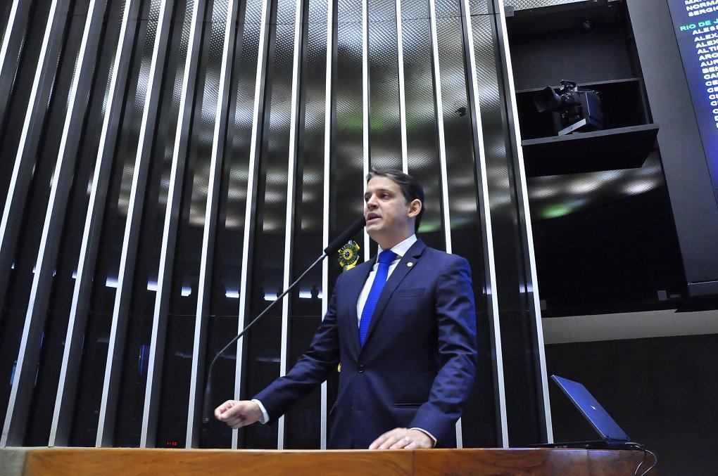 """O deputado federal Thiago Peixoto (PSD-GO) usou a tribuna do plenário da Câmara dos Deputados nesta quinta-feira (20) para fazer uma defesa do governador Marconi Perillo; ele destacou a trajetória do governador, os avanços de Goiás ao longo dos mandatos dele; """"Ele vai superar qualquer que seja a dificuldade, como tem feito em várias situações, e vai continuar a serviço da política, do Brasil e, mais do que isso, da sociedade"""", disse o parlamentar, que acrescentou acreditar na justiça; """"Ele tem coragem, tem resiliência para isso"""", reforçou"""
