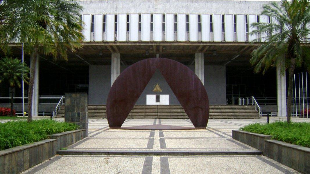 O governo de Minas enviou à Assembleia Legislativa (ALMG) o Projeto de Lei Orçamentária Anual (PLOA) para o exercício de 2018, por meio do qual são estimadas as receitas e fixadas as despesas do Orçamento Fiscal e do Orçamento de Investimento das Empresas Controladas pelo Estado; o orçamento fiscal proposto para 2018 estima a receita em R$ 92,4 bilhões e fixa a despesa em R$ 100,6 bilhões; do total da receita fiscal prevista, as receitas correntes somam R$ 87,6 com as deduções da ordem de R$ 9,0 bilhões; já as receitas de capital estão estimadas em R$ 818,8 milhões
