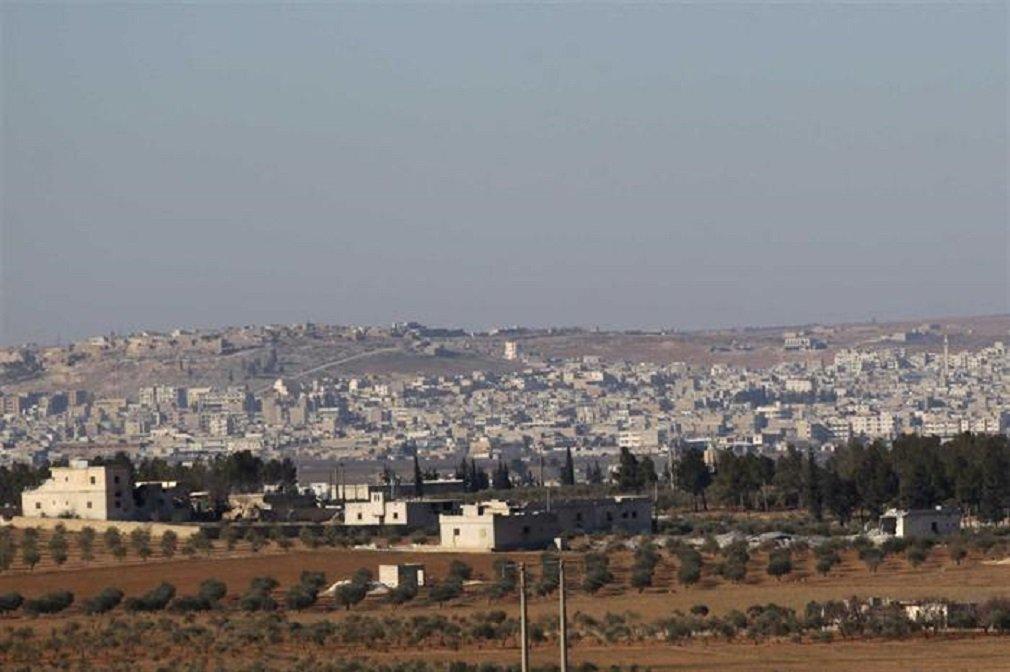 Pelo menos 42 pessoas, em sua maioria rebeldes sírios, morreram em um atentado com carro-bomba ao nordeste de Al-Bab, reduto do grupo Estado Islâmico, retomado na véspera das mãos dos extremistas, segundo informou nesta sexta-feira (24) a organização não-governamental Observatório Sírio dos Direitos Humanos; os rebeldes sírios, apoiados pela Turquia, conquistaram na quinta-feira (23) a cidade; os dois quartéis-generais dos rebeldes ficam próximos um do outro