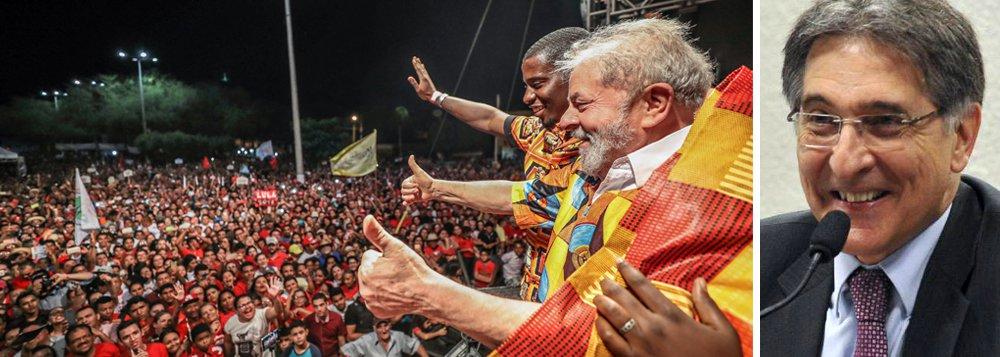 O ex-presidente Lula viajou de Teresina (PI) a Timon (MA) no ônibus em que estão jornalistas e comunicadores de veículos alternativos. São aproximadamente 20 a 25 pessoas que estão cobrindo a caravana desde Salvador e que vão se revezando; na conversa de aproximadamente 20 minutos Lula antecipou que vai continuar viajando de ônibus pelo Brasil e que o próximo destino deve ser Minas Gerais; segundo o jornalista Renato Rovai, o governador Pimentel já tem um trajeto pronto para 12 dias; Lula ainda disse que neste período esqueceu do processo da Lava Jato e que só vai se preocupar com isso no dia 13, quando terá nova audiência