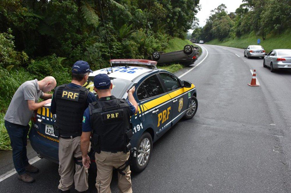 Balanço divulgado pela Polícia Rodoviária Federal (PRF) apontou que, nos seis dias de Carnaval, 20 pessoas morreram nas estradas federais que cortam o Paraná; o número representa mais que dobrou em relação ao mesmo feriado no ano passado, quando oito pessoas perderam a vida em rodovias federais; segundo a PRF, 196 pessoas ficaram feridas nos 192 acidentes atendidos no estado; das 192 situações, 43 foram graves (com mortes ou pessoas gravemente feridas)