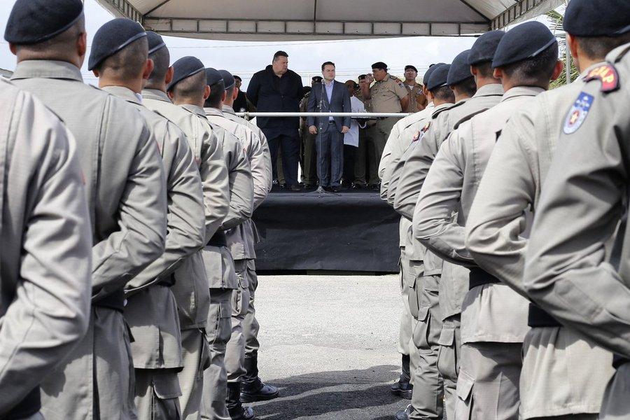 """Na tentativa de reduzir os índices de criminalidade na capital, o governo de Alagoas lançou o programa """"Força-Tarefa"""", que prevê o reforço do policiamento ostensivo em Maceió, no período entre as 19h e 1h, com militares que estão fora das escalas; programa vai remunerar policiais que estão na ativa, numa espécie de serviço-extra ou """"bico-legal; ideia é que os militares recebam R$ 120 por cada plantão de 6 horas"""