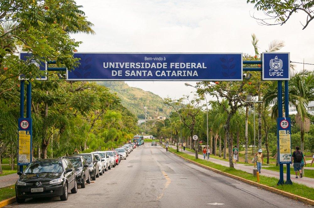 As denúncias de desvio de recursos do programa Universidade Aberta do Brasil (UAB) na Universidade Federal de Santa Catarina (UFSC) apuradas na Operação Ouvidos Moucos, deflagrada hoje (14) pela Polícia Federal (PF), eram de conhecimento da Coordenação de Aperfeiçoamento de Pessoal de Ensino Superior (Capes) desde maio deste ano