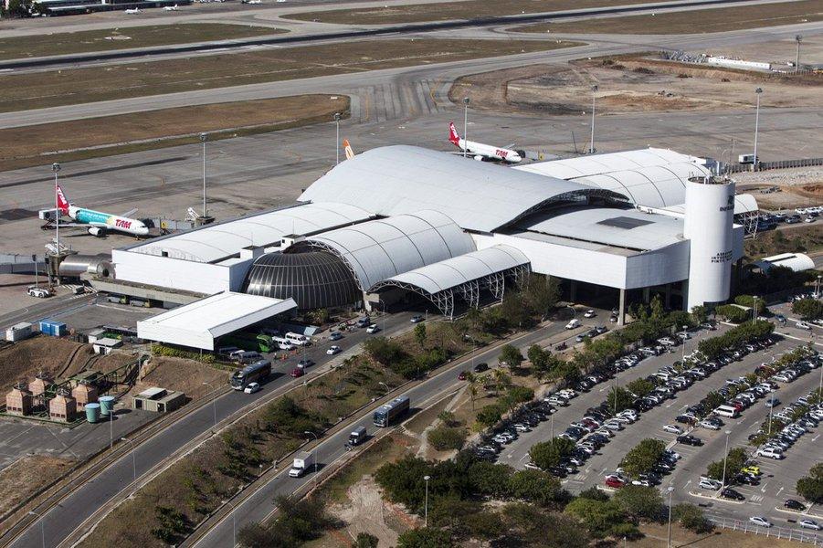 Em leilão na manhã desta quinta-feira (16), o Aeroporto Internacional Pinto Martins, em Fortaleza, será concedido à iniciativa privada. A oferta inicial exigida pelo Governo Federal para o Aeroporto de Fortaleza é de R$ 1,4 bilhão, com R$ 360 milhões pagos à vista. Três empresas europeias estão na disputa