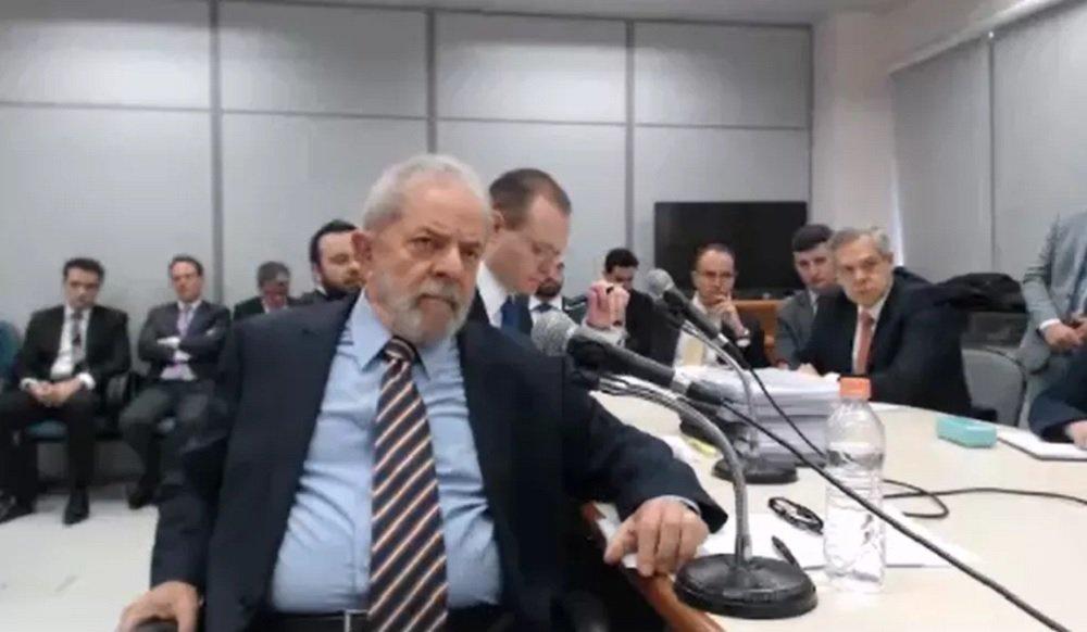 """Em depoimento ao juiz Sérgio Moro em Curitiba nesta quarta-feira, o ex-presidente Lula minimizou as declarações do ex-ministro Antônio Palocci tentando lhe incriminar em suposto esquema de propina do PT com a Odebrecht; """"Eu vi o Palocci mentir aqui essa semana"""", disse Lula, acrescentando que viu atentamente o depoimento de seu ex-ministro, que classificou como """"cinematográfico"""" e que parecia ter sido escrito por um roteirista de televisão"""