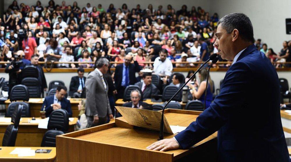 Por 28 votos a 7, o Plenário da Câmara dos Vereadores de Porto Alegre rejeitou o pedido de impeachment contra o prefeito Nélson Marchezan Júnior (PSDB); apresentado por dois taxistas, o pedido alegava descumprimento, por parte da Prefeitura, em fiscalizar e aplicar a Lei 12.162, de 2016, que disciplina o transporte de passageiros por meio de aplicativos de celular