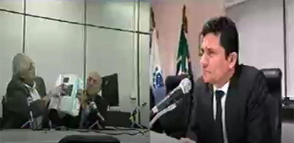 """O jornalista Fernando Brito, no Tijolaço, destaca a tentativa do ex-deputado pepista Pedro Correa de incriminar o ex-presidente Lula com fotos de reuniões políticos; as """"provas"""" foram apresentadas ao juiz Sergio Moro, que, de acordo dom Brito, não parece levar a si mesmo a sério; """"O Doutor Sérgio Moro parece não levar a si mesmo a sério ou a prezar seu próprio tempo, que deve ser escasso. Numa cena patética, o ex- deputado do PP, Pedro Correa, ficou exibindo fotos de quando era presidente da sigle e, nesta condição, participava do Conselho Político do governo Lula"""", diz no Tijolaço"""
