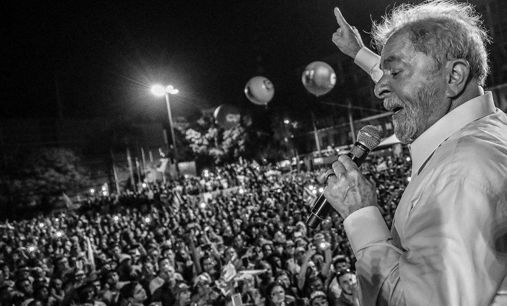 """No primeiro dia de sua caravana por Minas Gerais, o ex-presidente Luiz Inácio Lula a Silva destacou sua motivação p ara voltar ao Planalto;""""Vou completar 72 anos, mas estou com corpinho de um jovem de 30. Estou me preparando. Eles que façam plástica, qualquer coisa, porque eu vou voltar com o tesão de 20 anos para salvar esse país do que eles estão fazendo"""", disse Lula em Ipatinga"""