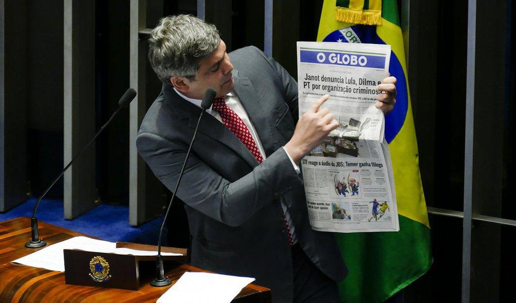 """O senador Lindbergh Farias (PT-RJ) repudiou, em Plenário, a decisão do PGR, Rodrigo Janot, de apresentar denúncia contra os ex-presidentes Dilma Rousseff e Lula, além de seis outros integrantes do PT, pelo crime de organização criminosa; de acordo com o parlamentar, por trás da medida está o interesse de """"desviar o foco"""" de outros fatos graves, como a """"desmoralizada delação"""" que a PGR firmou com o empresário Joesley Batista, da JBS; assista"""