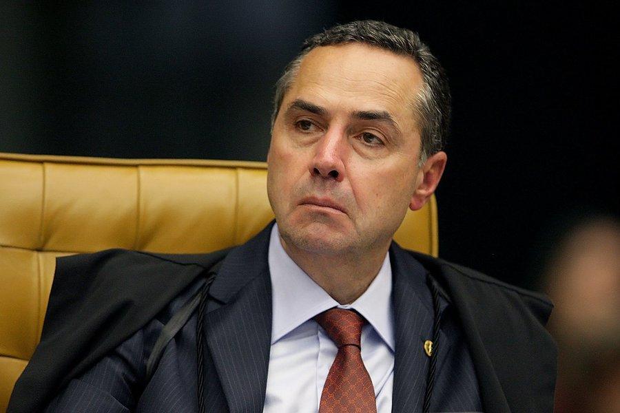"""O ministro do STF Luís Roberto Barroso avalia que é um """"desaforo"""" a criação de um fundo público com R$ 3,6 bilhões para financiar campanhas, como está sendo discutido na Câmara dos Deputados; após dizer que o valor ideal seria, no máximo, R$ 1 bilhão, Barroso afirmou que se trata de """"uma discussão razoável, considerando a transição do modelo que nós temos para o do distrital misto, que é muito mais barato""""; sobre o voto distrital, ele disse queeste tipo de votação dificulta a representação de minorias e pode deixar as eleições mais caras"""