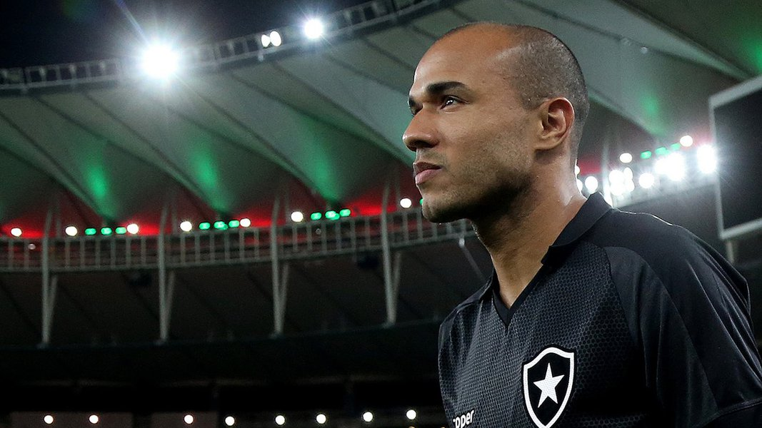 O atacante Roger, do Botafogo, foi diagnosticado com um tumor renal e não joga mais pelo clube no Campeonato Brasileiro de Futebol; ele é o artilheiro do Botafogo em 2017 e vivia um dos melhores momentos da carreira; o atleta de 33 anos tem contrato até o fim da temporada e estava em processo de negociação para renovação; o clima é de comoção no clube