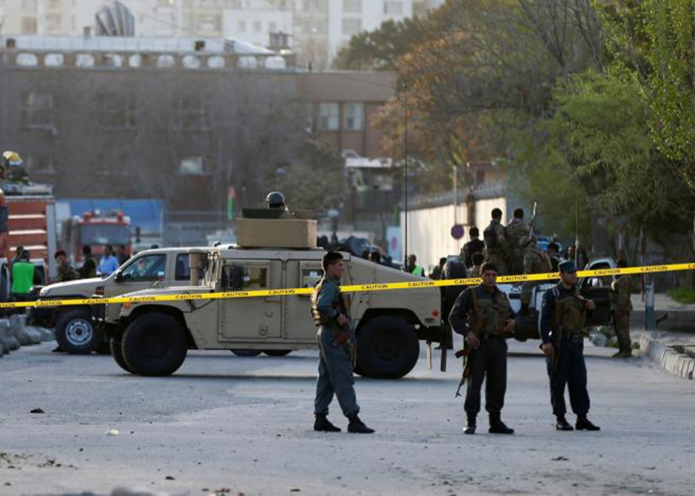 Pelo menos cinco civis morreram e três pessoas ficaram feridas em um atentado suicida no exterior do Palácio Presidencial do Afeganistão, em uma zona de alta segurança do centro de Cabul; grupo terrorista Estado Islâmico (EI) reivindicou a autoria do atentado em um breve comunicado divulgado na internet pela agência Amaq, filiada aos extremistas