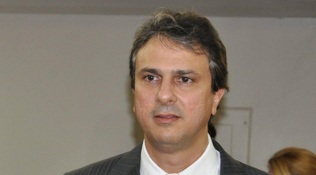 O governador Camilo Santana assina hoje à tarde, em solenidade no Palácio Abolição, Termo de Cooperação com a Federação das Indústrias do Estado do Ceará e o Banco do Brasil para que a instituição financeira atue como agente preferencial nos investimentos de empresas amparadas pelos programas de incentivo da Secretaria de Desenvolvimento Econômico (SDE), no Ceará.Atualmente, cerca de 420 empresas são atendidas pelos programas de incentivo da SDE