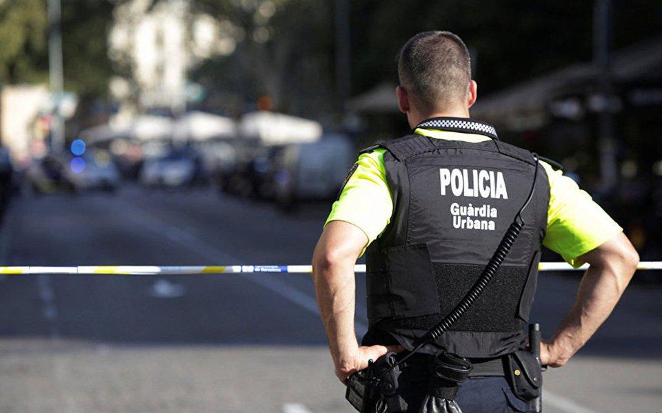 """De acordo com a polícia espanhola, foram encontradas mais de 120 latas de gás destinadas a realizar """"mais um ou vários"""" atentados na cidade de Barcelona; a polícia também declarou que o atentado de 17 de agosto foi realizado por uma só pessoa, mas o chefe da polícia não pode confirmar quem dirigia a van que atropelou os pedestres"""