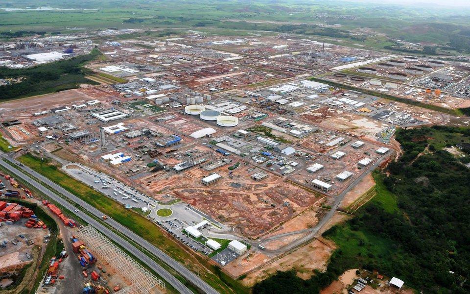 Petrobras assinou contrato para a retomada das obras da Refinaria Abreu e Lima, em Pernambuco; contrato entre a estatal e o Consórcio Conenge SC/ Possebon visa o término da construção da carteira de enxofre do empreendimento por meio da finalização da Unidade de Tratamento de Águas Ácidas (UTAA) e Unidade de Tratamento com Metildietanolamina (MDEA); obras são necessárias para que o chamado Trem 1 da refinaria alcance a carga máxima de 115 mil barris de petróleo por dia (bpd)