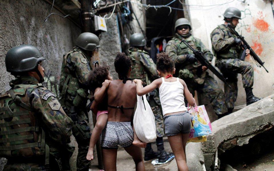 Pelo quarto dia consecutivo, 950 homens das Forças Armadas continuam com o cerco à Favela da Rocinha, em São Conrado, zona sul do Rio de Janeiro; o clima é de aparente tranquilidade e as pessoas tentam retomar a rotina normal saindo de casa para o trabalho; não houve confronto entre as forças de segurança e traficantes de drogas; o comércio mais próximo da autoestrada Lagoa-Barra está aberto;de acordo com a Secretaria Municipal de Educação, mais de 3 mil crianças vão ficar sem aula nesta segunda-feira (25)