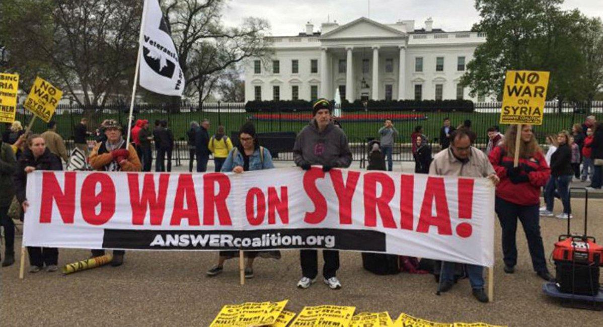 Ativistas e cidadãos em geral tomaram as ruas de diversas cidades dos Estados Unidos nesta sexta-feira para protestar contra o recente ataque ordenado pelo presidente Donald Trump contra uma base aérea das Forças Armadas da Síria