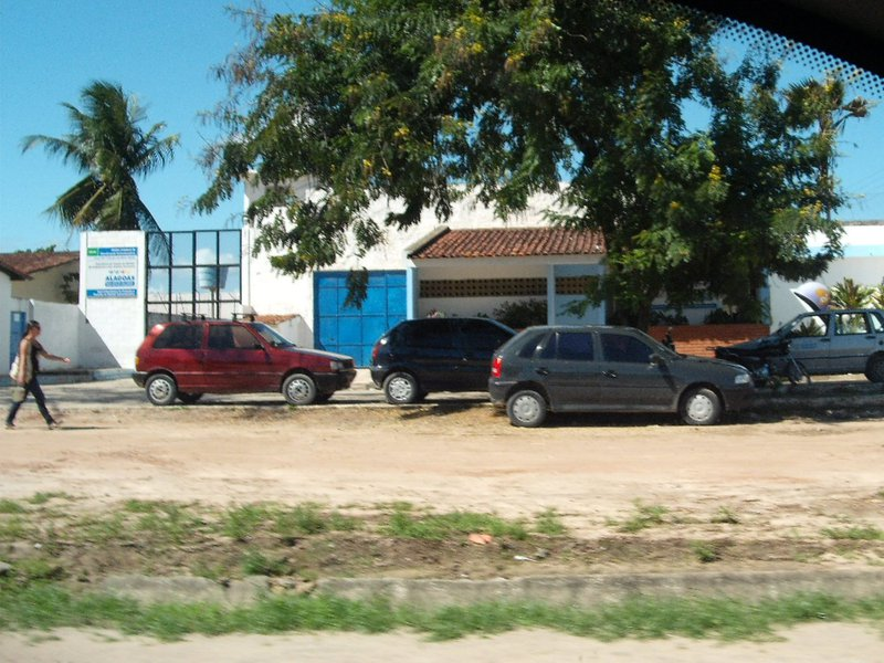 Dezenove adolescentes fugiram, na madrugada desta segunda-feira, da Unidade de Internação Masculina (UIM), em Maceió; alguns menores simularam estar passando mal; quando os monitores abriram os alojamentos para tentar socorrê-los, foram rendidos com armas artesanais; a Polícia Militar (PM) foi acionada, mas nenhum adolescente foi localizado