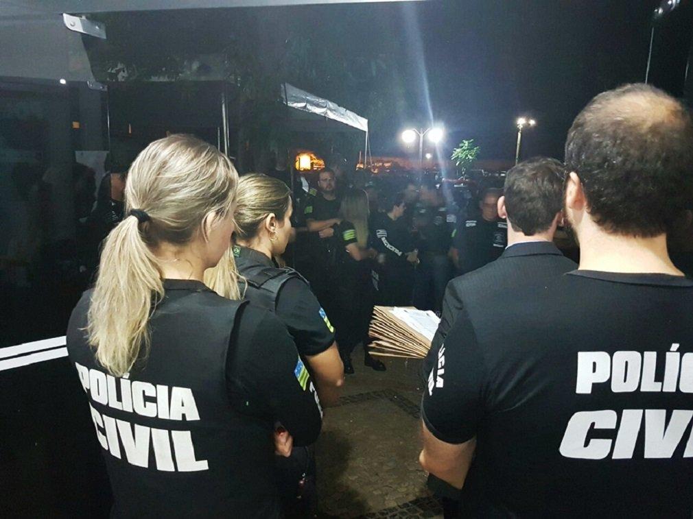 Polícia Civil deflagrou na manhã desta quarta-feira (15) a operação Sétimo Mandamento, com o objetivo de desarticular uma organização criminosa especializada no furto de caminhonetes de alto valor; estão sendo cumpridos 15 mandados de prisão preventiva e 30 de busca e apreensão nas cidades de Goiânia, Aparecida de Goiânia, Trindade e São Paulo; até o momento, dez pessoas foram presas e diversas armas e bloqueadores de celular foram apreendidos; polícia acredita que a organização criminosa tenha sido responsável por mais de 100 furtos de caminhonetes ocorridos nos últimos dois anos em Goiânia