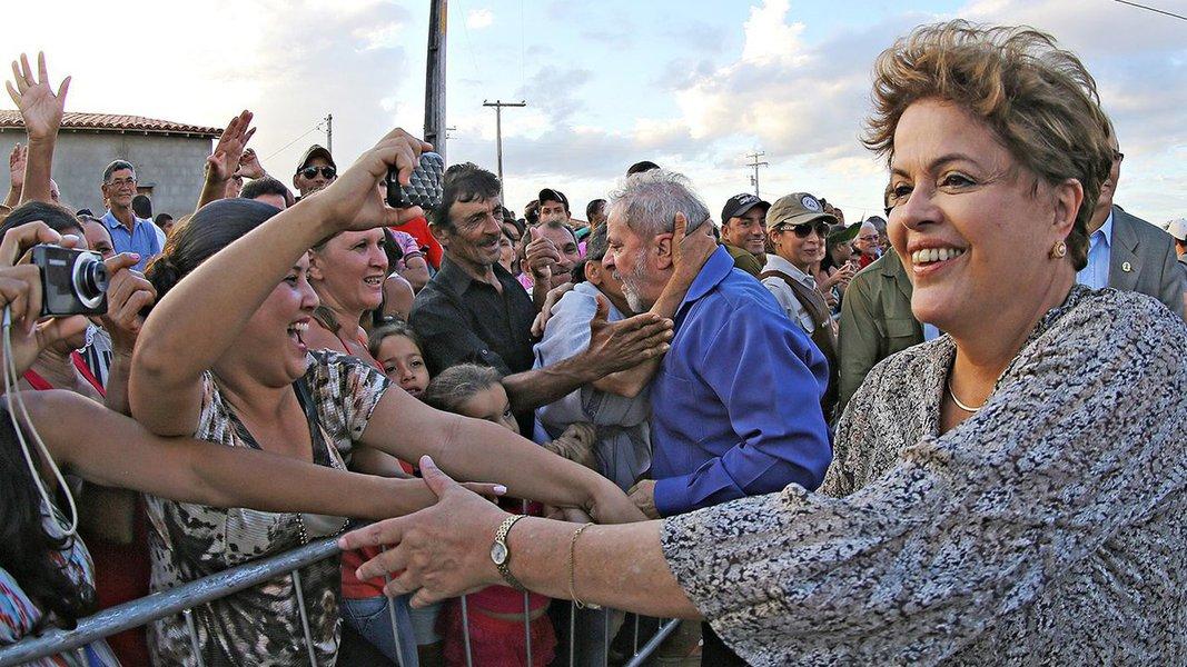 """Um dia após a divulgação da pesquisa CUT/Vox Populi que aponta Lula vencendo já no primeiro turno as eleições presidenciais de 2018, a presidente deposta pelo golpe, Dilma Rousseff, disse durante um encontro com lideranças sindicais em Washington, nos Estados Unidos, que o resultado dessas pesquisas """"dá um trauma generalizado""""; segundo ela, o processo contra Lula é hoje """"a principal pauta do Judiciário no Brasil""""; Dilma criticou ainda em sua fala juízes brasileiros """"que falam fora dos autos"""" e """"juízes que se enturmam com os investigados, por exemplo o senador que eu derrotei na eleição de 2014"""""""