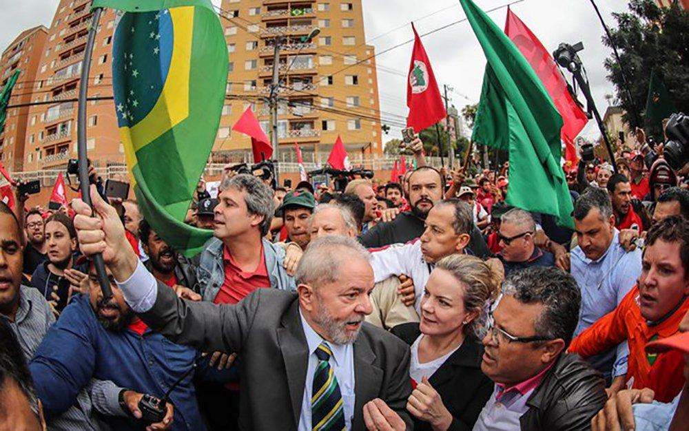 """PT e movimento sociais estão organizando uma forte mobilização popular em favor do ex-presidente Lula para o próximo dia 13, data em que ele irá prestar novo depoimento ao juiz federal Sérgio Moro; ato de solidariedade ao ex-presidente está previsto para acontecer na Praça Generoso Marques (Paço Municipal) e a manifestação está sendo chamada de """"2ª Jornada de Lutas Pela Democracia"""", no que a CUT qualifica como o """"cerco final"""" ao juiz Sérgio Moro em sintonia com os movimentos sociais"""""""