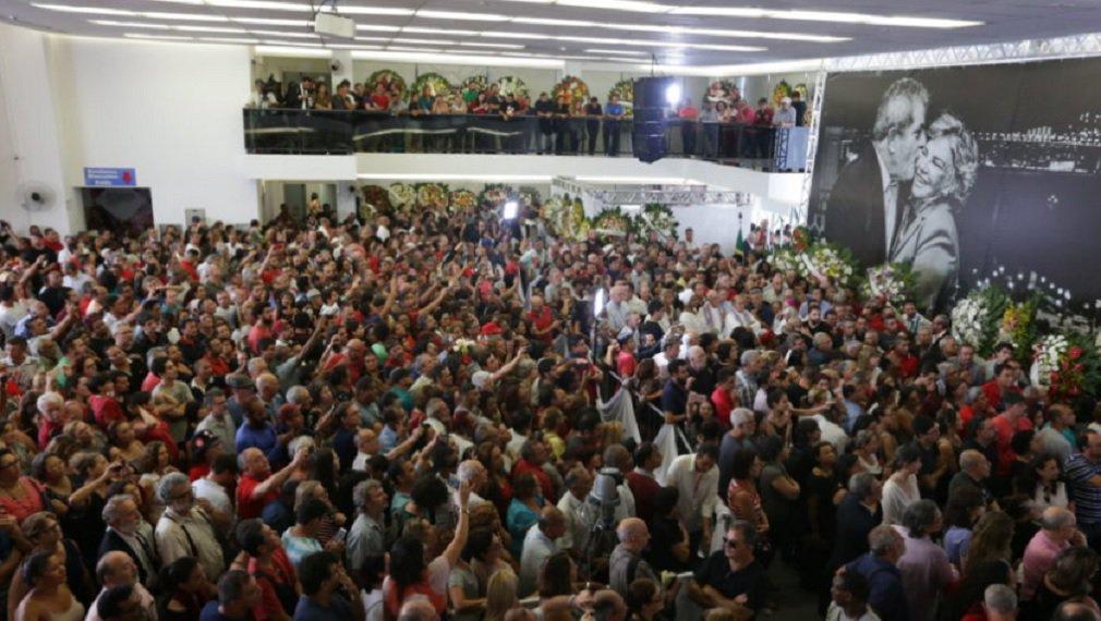"""O ex-presidente Luiz Inácio Lula da Silva fez um discurso emocionado no velório da ex-primeira-dama Marisa Letícia,no Sindicato dos Metalúrgicos de São Bernardo do Campo; """"Não esqueço nunca dos acontecimentos deste salão. Foi aqui que eu conheci a Marisa, foi aqui que eu casei, aqui nós tivemos os nossos filhos. Aqui, Marisa sustentou a barra para me transformar no que me transformei""""; a fala de Lula foi transmitida ao vivo em seu Facebook; no final, o ex-presidente afirmou que espera desculpas daqueles que atacaram sua mulher; """"Os facínoras deveriam ter a humildade de pedir desculpas a ela. Este homem que está enterrando a mulher hoje não tem medo de ser preso. Não sou eu que tenho que provar que sou inocente"""""""