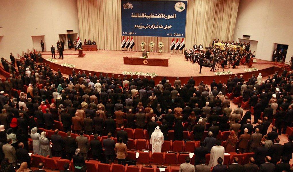 """Parlamento iraquiano aprovou nesta segunda-feira, 30, uma proposta para proibir os cidadãos norte-americanos de entrarem no país; deputados iraquianos esperam que o governo adote """"medidas recíprocas"""" aos Estados Unidos, após verem os seus cidadãos proibidos de entrar, graças ao decreto do presidente Donald Trump; ministro dos Negócios Estrangeiros iraquiano afirmou que espera que os EUA ainda """"reconsiderem"""" a medida"""