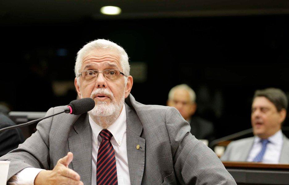 """O deputado federal baiano Jorge Solla comemorou a decisão do Partido dos Trabalhadores (PT) de apoiar o André Figueiredo (PDT-CE) nas eleições para a presidência da Câmara dos Deputados; desde o primeiro momento ele se posicionou contra o apoio do PT aos nomes dos deputados Rodrigo Maia (DEM-RJ) e Jovair Arantes (PTB-GO); """"Seria um contrassenso o partido fazer qualquer tipo de composição com quem traiu a democracia e o povo brasileiro"""", dispara o petista"""