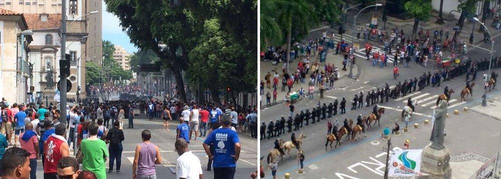 Policiais e manifestantes entraram em confronto em frente a Assembleia Legislativa do Rio (Alerj) nesta tarde; protestos são contra as medidas de ajuste fiscal do estado, que devem ser votadas nos próximos dias; já há feridos e testemunhas relatam pessoas caídas no chão; policiais usam gás lacrimogêneo; o prédio da Alerj está cercado por grades desde esta terça (31) e é protegido por 500 agentes; assista ao vídeo da Midia Ninja