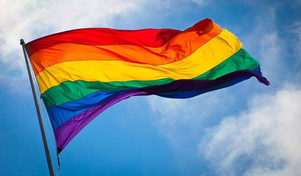 """O governo de Alagoas lançou o Plano Estadual de Políticas Públicas à População LGBT, para desenvolver ações que atendam às necessidades de lésbicas, gays, bissexuais, travestis e transexuais; o plano foi elaborado com a participação popular, sob coordenação do Conselho Estadual de Combate à Discriminação e Promoção de direitos LGBT de Alagoas; """"Esse plano traça políticas importantes para a população LGBT, principalmente em um estado como o nosso, em que a homofobia é tão forte"""", disse a presidente do conselho LGBT, Rita Mendonça. A solenidade aconteceu no Palácio do Governo, no Centro de Maceió"""