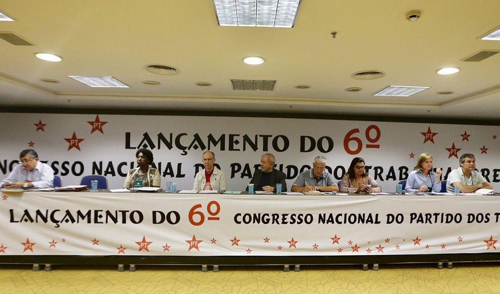 """Partido dos Trabalhadores divulgou convocatória para o 6º Congresso Nacional do partido. O evento acontecerá entre os dias 1, 2 e 3 de junho deste ano, em local ainda não divulgado; segundo a legenda, eventotranscorrerá """"em meio a uma das mais agudas crises econômicas, sociais e político-institucionais de nossa história""""; no dia 19 de janeiro, durante o lançamento do 6º Congresso Nacional do PT, o ex-presidente Lula defendeu que fazer com que o povo volte a ter esperança no partido"""