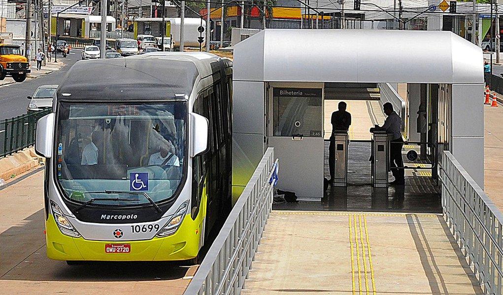 O aumento da tarifa de ônibus foi um dos principais vilões em Belo Horizonte e fez a capital mineira ter a maior inflação do País em janeiro; apenasnas duas últimas semanas do mês, o Índice de Preços ao Consumidor Semanal (IPC-S), medido pelo instituto Ibre da Fundação Getúlio Vargas (FGV), aumentou de 0,92% para 1,04%, o mais alto entre as sete capitais pesquisadas; com o reajuste de 9%, as tarifa das linhas troncais e principais subiu dos atuais R$ 3,70 para R$ 4,05, e das linhas alimentadoras, de R$ 2,65 para R$ 2,85.