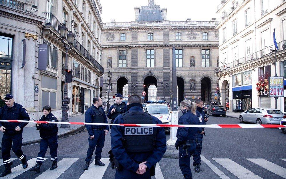 """Um soldado francês abriu fogo e feriu um homem armado com uma faca que tentava entrar no museu do Louvre, em Paris, carregando uma mala, disseram fontes da polícia; uma das fontes disse que o homem tentava entrar na loja subterrânea do museu e havia atacado outro soldado antes de ser alvejado; Ministério do Interior informou em publicação no Twitter que o incidente foi """"sério"""""""