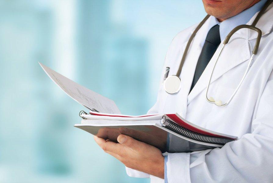 """Entidades médicas se posicionaram contra a redução do número mínimo de médicos para o pleno funcionamento das Unidades de Pronto Atendimento (UPAs), anunciada ontem (29) pelo Ministério da Saúde; em vez de quatro médicos por plantão, agora as UPAs poderão ter só dois; """"A redução no número mínimo de médicos constitui um cenário de alto risco para os pacientes e para os profissionais. Com a decisão, em lugar de alívio, prevemos estresse e aflição de homens e mulheres que ficarão por incontáveis horas à espera de uma consulta, pelo simples fato de que a quantidade de médicos estará subdimensionada"""", diz em nota a Sociedade Brasileira de Pediatria"""