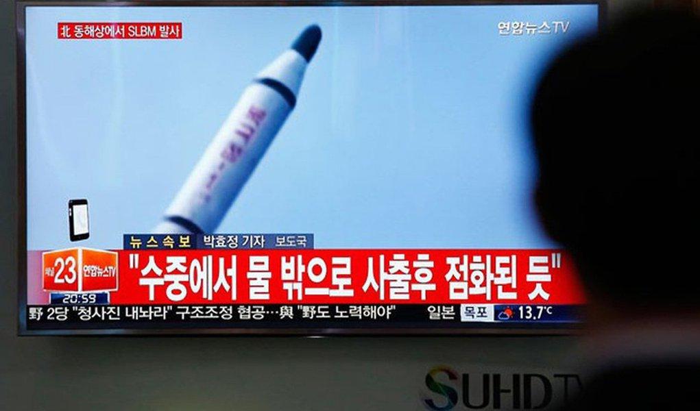Novas imagens de satélites comerciais indicam que a Coreia do Norte retomou as operações em um reator da principal instalação nuclear usada para produzir plutônio para seu programa de armas nucleares, disse um centro de estudos norte-americano; projeto 38 North, de monitoramento da Coreia do Norte, sediado em Washington, disse que análises anteriores, de 18 de janeiro, mostraram sinais de que a Coreia do Norte estava se preparando para religar o reator em Yongbyon, descarregando barras de combustível para reprocessamento, a fim de produzir mais plutônio para seu estoque de armas nucleares