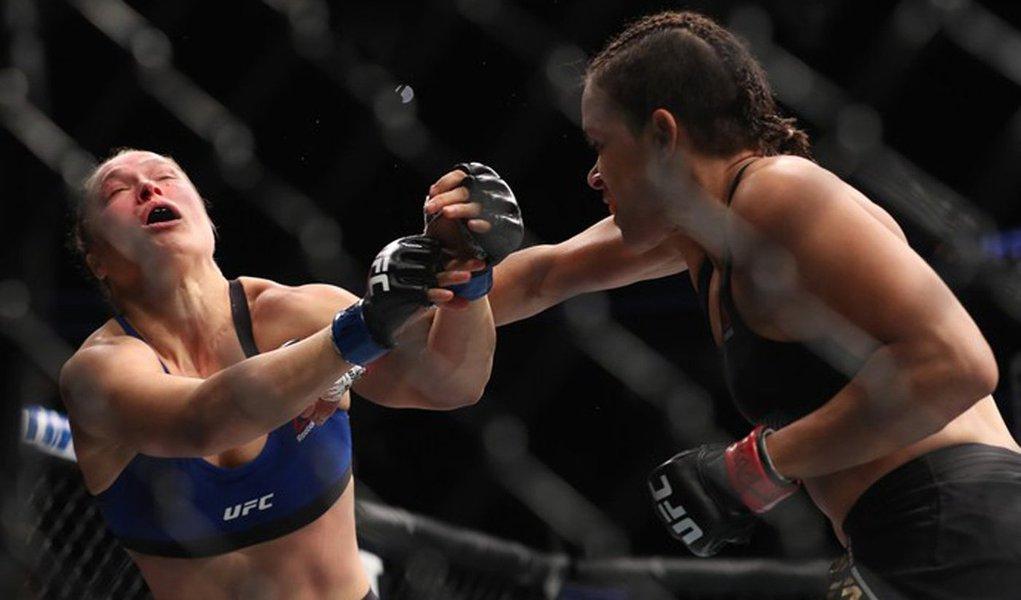 """A brasileira Amanda Nunes se impôs diante da grande estrela do MMA mundial e manteve o cinturão peso-galo feminino com um nocaute espetacular sobre a americana Ronda Rousey no UFC 207, em Las Vegas, nos Estados Unidos, na madrugada deste sábado (31); a lutadora baiana precisou de apenas 48 segundos para vencer a ex-campeã e lenda do esporte; """"Estou em outro nível hoje. É incrível, a Ronda fez muito pelo esporte, ela tem uma história, mas agora eu sou a campeã"""", disse"""
