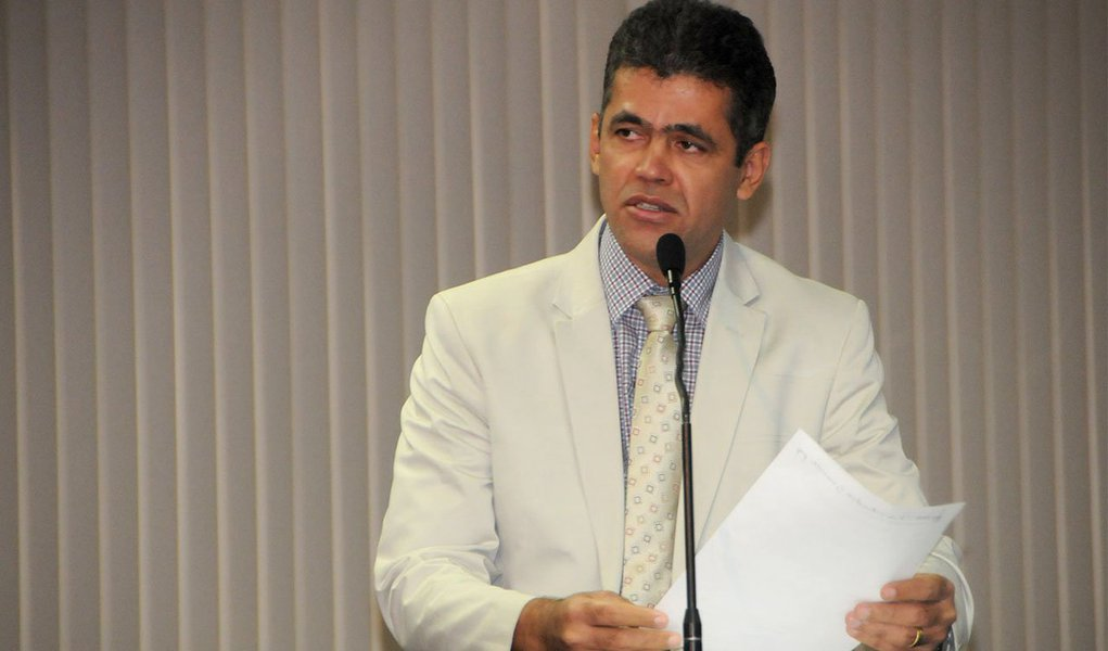Os vereadores de oposição Milton Neris, do PP (foto), Lúcio Campelo (PR) e Rogério Freitas (PMDB) protocolam na Câmara Municipal o projeto Decreto Legislativo pedindo a suspensão do Decreto Nº 1.321 do prefeito Carlos Amastha (PSB), de 31 de dezembro de 2016, publicado no Diário Oficial de Palmas do dia 31, que atualiza a Planta de Valores Genéricos, na Capital, acarretando um reajuste de 25,96% no IPTU dos palmenses; o projeto Decreto Legislativo é protocolado, a mesa diretora da Câmara recebe e é encaminhado para a Comissão de Constituição e Justiça (CCJ) emitir parecer da legalidade. Depois do parecer, o projeto é submetido ao plenário para votação