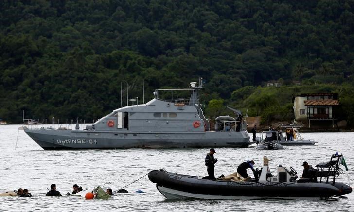 Equipes de resgate atuam após queda de avião onde estava ministro do STF. 20/01/2017. REUTERS/Bruno Kelly