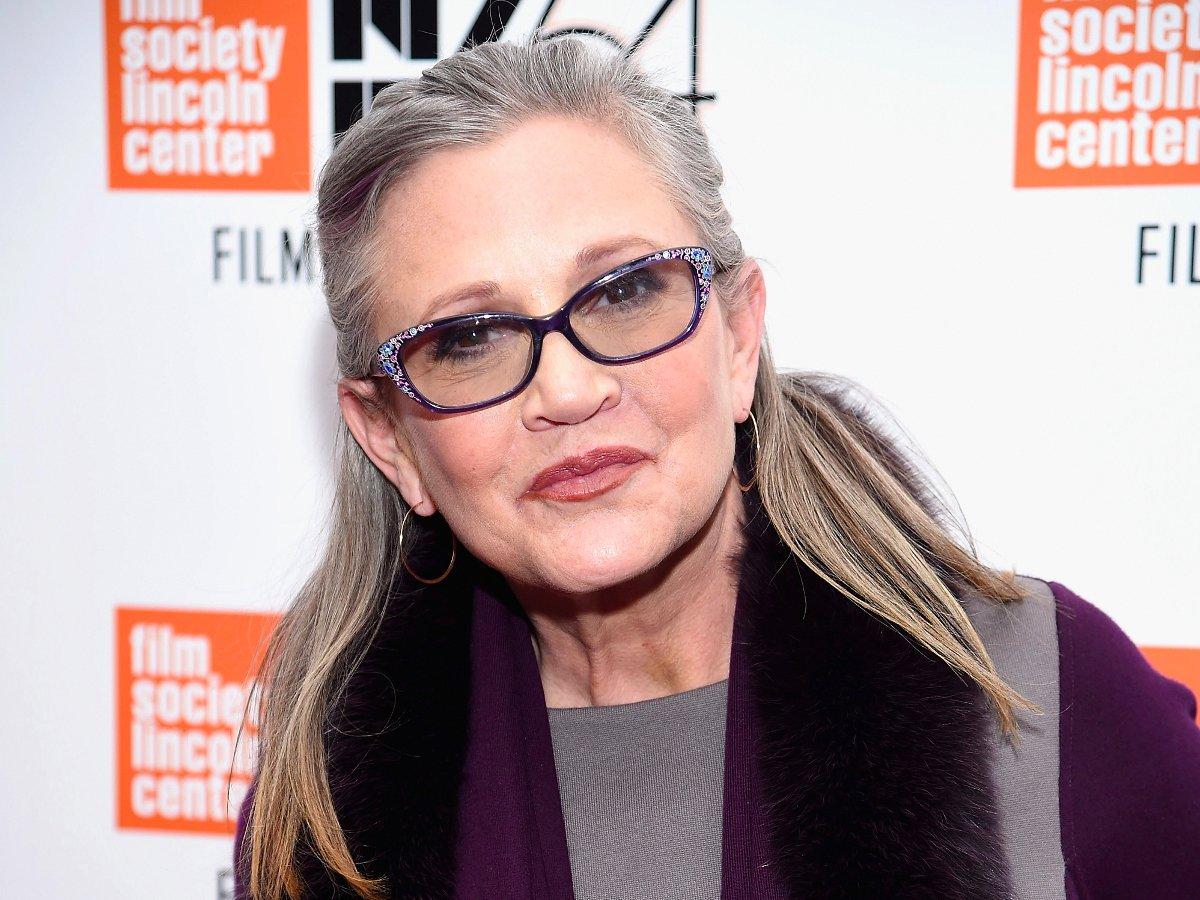 """A atriz e escritora Carrie Fisher, mais conhecida por seu papel como a princesa Leia na série de filmes """"Star Wars"""", sofreu um problema cardíaco na sexta-feira durante um voo de Londres para Los Angeles e foi levada às pressas para o hospital;Carrie está em estado crítico"""