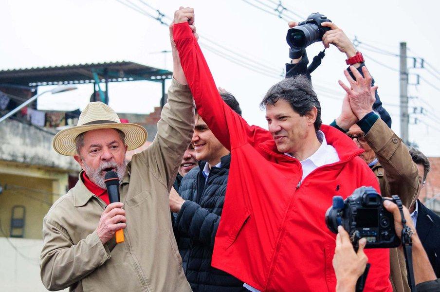 """O prefeito de São Paulo, Fernando Haddad (PT) afirma que """"se deixarem"""", o ex-presidente Lula """"não só vai ser candidato como vai ganhar""""; """"Isso não tem a menor dúvida. O problema é qual será o desfecho de todas essas operações em curso"""", pondera; para o petista, as denúncias contra Lula são muito frágeis; """"Eu vejo tudo com um grau de fragilidade nessas denúncias completamente insuficientes para condenar quem quer que seja. Não é o Lula, qualquer cidadão. Está falando do Lula hoje, mas a gente pode estar falando de outra pessoa amanhã"""", comenta; neste sentido, ele defende que """"as pessoas do PSDB deviam ter a coragem de repensar a denúncia contra o Lula do mesmo jeito que nós devemos ter a coragem de acusar a fragilidade quando isso recair sobre alguém do PSDB"""""""