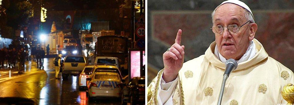 """""""Infelizmente, a violência nos atingiu mesmo nessa noite em que desejamos o bem e a esperança. É com dor que expresso minha solidariedade ao povo turco. Eu rezo pelas muitas vítimas e pelos feridos e por toda a nação em luto"""", disse o papa Francisco"""